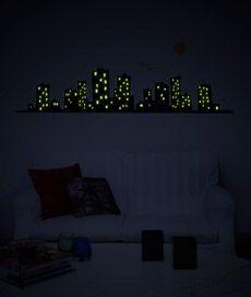cidade. adesivo de parede que brilha no escuro. Criado por Leo Conrado.