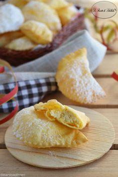 Ravioli fritti di Carnevale Italian Cookies, Italian Desserts, Mini Desserts, Italian Recipes, Cannoli, Pavlova, Beignets, Churros, Croissants