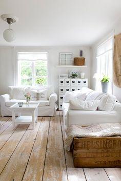 Bel effet d'une lasure blanche qui s'use avec le temps et les passages et laisse deviner la couleur originelle du parquet.