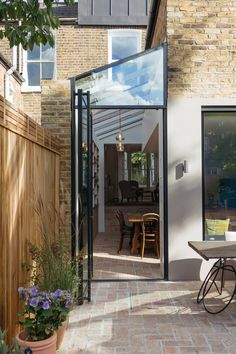 Image 24 of 37 from gallery of Gallery House / Neil Dusheiko Architects. Photograph by Tim Crocker Image 24 of 37 from gallery of Gallery House / Neil Dusheiko Architects. Photograph by Tim Crocker Extension Veranda, House Extension Design, Glass Extension, Extension Designs, House Design, Wall Design, Extension Ideas, Terraced House, Victorian Terrace House