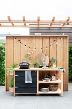An outdoor kitchen in the garden is great for a summer evening An outdoor kitchen … - All For Decoration Diy Outdoor Kitchen, Outdoor Cooking, Outdoor Dining, Outdoor Decor, Backyard Projects, Garden Projects, Back Gardens, Outdoor Gardens, Family Garden