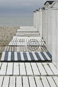 ...und Sand unter den Füßen! love the blue and white for by the shed next year!