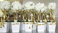 Linda topiara de rosas em ev.a. na cor champagne contém 12 rosas no toal, & fita dourada - medidas vaso: 12x12 altura toral com o arranjo 35 cm. em um tronco seco do serrado!  Cor da fita & flores a sua escolha!  Cor das rosas disponíveis: vermelho,champagne,branco,lilás,rosa,roxo,laranja,rosê e pink  Na hora de fazer seu pedido escolha cor das rosas+cor da fita R$ 25,90