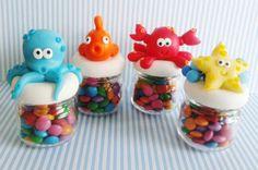 fimo (so cute! Baby Jars, Baby Food Jars, Clay Jar, Fimo Clay, Polymer Clay Miniatures, Polymer Clay Creations, Baby Food Jar Crafts, Clay Fish, Jumping Clay