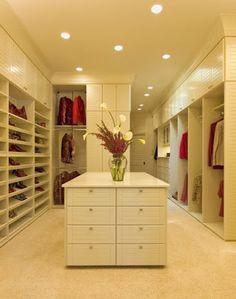 Ah, é preciso cuidado também na iluminação do closet, se não fica difícil enxergar as peças ou se maquiar.  As luzes precisam ser brancas ou neutras senão as cores vistas serão outras. Você pode apostar também em colocar luminárias dentro do guarda roupa.