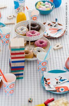 Borden, schalen en schotels geven je feesttafel niet enkel extra cachet maar zijn ook goed om lekkernijen in te presenteren. #IKEABE #IKEAidee #IKEAxCoffeeklatch #aantafel #LeveElkeDag   Plates, bowls and dishes for an alluring party table. #IKEABE #IKEAidea #IKEAxCoffeeklatch