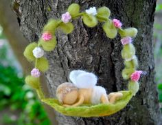Room Wall Decor Waldorf inspired needle felted Fairy / Wool Picture: Fairy in white - Nadelfilzen Ideen Felt Fairy, Baby Fairy, Waldorf Crafts, Waldorf Dolls, Wool Dolls, Felt Dolls, Wet Felting, Needle Felting, Baby Mobile Felt