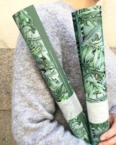 From our instagram @savethedateprojects Cada vez más nos pedís que diseñemos papel de pared . . Mientras llega ese momento que no está lejos podéis decorar con nuestro papel de regalo tropical reversible .