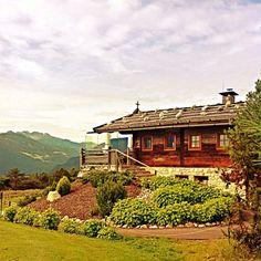Ankommen an der #Stöttlalm. Die Gehzeit beträgt vom Best Wellness Hotel Austria #AlpenresortSchwarz zirka 40 Gehminuten. Vorbei an urigen Blumenwiesen und mit dem einmaligen Blick auf die Alpen in #Tirol. Belohnt wird man mit einem Fernblick auf #Miemingen.   #BestWellnessHotelsAustria #DemipressBestwellness #DemipressFotoshooting #wellness #spa #beauty #hotel #tirol #visittirole #lovetirol #AlpenresortSchwarz