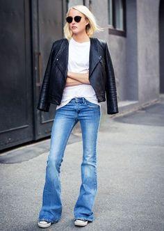#GuitaModa. T-shirt branca, jaqueta de couro, calça flare jeans, tênis all star