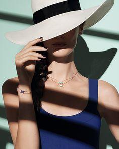 ショーメより夏の新作ジュエリー - 青と白を基調とした爽やかなブレスレットとペンダントの写真1