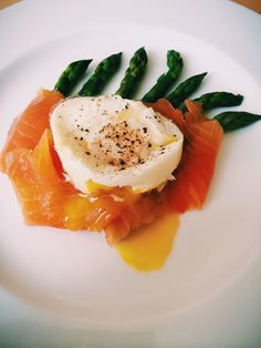 Breakfast: Poached egg with smoked salmon and steamed asparagus. #food ...