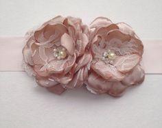 Artículos similares a Flor Pin - tamaño Petite - Blush color de rosa, champán y blanco - Baby marco Pin, ramillete de damas, flor de Pin en Etsy