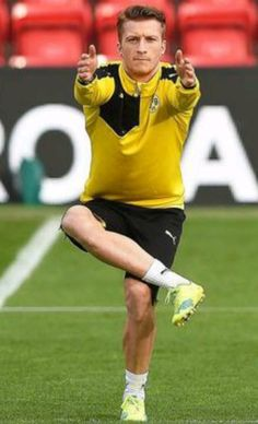Marco Reus practising. Nothing important, keep scrolling.