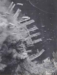 海外の名無しさんを翻訳しました 神戸大空襲、日本、1945年 以下、外国人の反応まとめ 海外の反応 海外の名無しさんを翻訳しました わあ...空中に爆弾がいっぱいだ 海外の名無しさんを翻訳しました なんて恐ろしいんだ 海外の名無しさんを翻訳しました ヨーロッパさえもじゅうたん爆撃を見て、それで生き残った人たちは、次々爆弾が襲ってくるのがどんなに怖かったかということを話していたよ。本当に恐ろしいんだろうな 海外の名無しさんを翻訳しました ↑火事になるのが一番怖いよ 海外の名無しさんを翻訳しました ↑僕は、定期的にいつ襲ってくるかわからない爆弾にヒヤヒヤするよりは、火事になったほうがいいと思うな 海外の名無しさんを翻訳しました これで、どうして爆弾がそんなに不正確なのかがわかったよ 海外の名無しさんを翻訳しました ↑アメリカの飛行機にあった爆撃照準器は実際けっこう正確だったよ。問題は、編隊リーダーだけがそれを使ってたってっことさ。他の飛行機は、そのしるしに合わせて爆弾を落としていたんだ 海外の名無しさんを翻訳しました ↑こういう種類の爆弾は、正確性は関係ないよ…