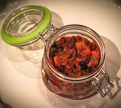 Śledzie w słodko-pikantnej zalewie pomidorowej z suszonymi śliwkami – iMadzik Tandoori Chicken, Chicken Wings, Meat, Ethnic Recipes, Food, Essen, Meals, Yemek, Eten
