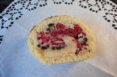 Himbeer-Biskuitrolle mit Oreo-Keksen (Rezept: http://www.chefkoch.de/rezepte/3156501469811730/Himbeer-Biskuitrolle-mit-Oreo-Keksen.html)