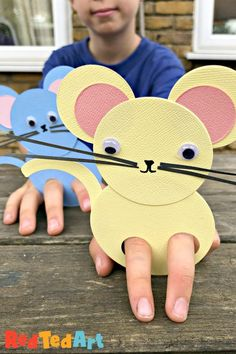 Mouse finger puppet made from circles - super simple and adorable Circle Mice Puppet for kids. A great way to explore shapes and make a fun little toy. Play with the mouse puppet theatre or make a Chinese New Year version for year of the rat! Chinese New Year Crafts For Kids, Chinese New Year Activities, New Years Activities, Animal Crafts For Kids, Toddler Crafts, Preschool Crafts, Diy For Kids, Simple Crafts For Kids, Literacy Activities