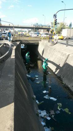 Así trabaja Aguas de Bogotá.  El Instituto Distrital de Gestión de Riesgos y Cambio Climático (IDIGER) y Aguas de Bogotá SA ESP, en el marco del convenio 008/2015, intervienen el canal Boyacá a lo largo de la avenida del mismo nombre.