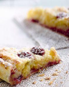 De sappige kriekjes passen perfect bij de smaak van frangipane, verrijkt met de Italiaanse amandellikeur Amaretto. Een taart voor echte genieters!