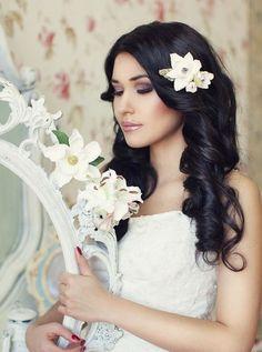 wedding hairstyle; photo: Liliya Fadeeva via Websalon Wedding