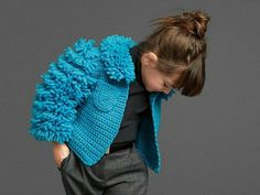 We present you 23 charming outfits , with which you can put your princess in winter. The children's fashion for girls by the renowned brand Dolce and Gabbana is stylish and keeps you warm. Crochet Girls, Crochet For Kids, Fashion Kids, Toddler Poses, Kids Collection, Dolce And Gabbana Kids, Cute Jackets, Knitting For Kids, Girls Accessories