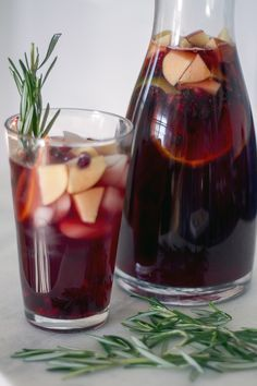 This Christmas Sangria is fresh festive drink, perfect for toasting to the holidays! Your guests will love this fruity sangria recipe. Fruity Sangria Recipe, Red Sangria Recipes, Best Cocktail Recipes, Drinks Alcohol Recipes, Drink Recipes, Dinner Recipes, Festive Cocktails, Holiday Drinks, Holiday Recipes