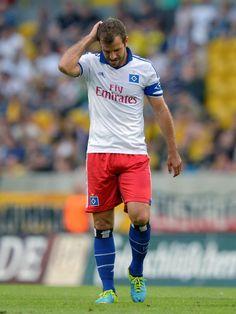 Rafael van der Vaart und der HSV haben sich bei der Partie zugunsten der Flutopfer in Dresden blamiert. Die Hamburger unterlagen beim Zweitligisten SG Dynamo Dresden mit 0:4. (Foto: Thomas Eisenhuth/dpa)