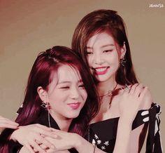 Jisoo and Jenny are so close!