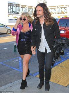 Kesha catches a flight with boyfriendBrad Ashenfelter