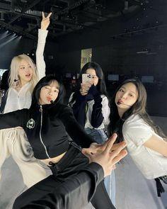 Kpop Girl Groups, Korean Girl Groups, Kpop Girls, Blackpink Jisoo, Poses, Christopher Evans, Blackpink Poster, Mode Kpop, Blackpink Members