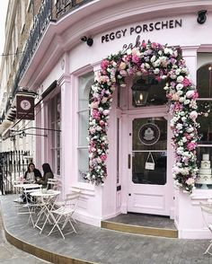 The #floral covered front door of #PeggyPorschen in #Belgravia, #London is total #instabait. We love this colour palette as #wedding decor inspiration! #repost @angrybaker