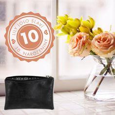Dekorativní kosmetika Lily Lolo je na trhu už 10 let! V Česku je značka od roku 2010 a SlimFOX byl ve stejném roce první salon v ČR, který tuto značku nabízel. K výročí rozdáváme dárky, získejte kosmetickou taštičku! #SlimFOX #lilylolo #dekorativnikosmetika #makeup #brno #kosmetickysalon Lily, Makeup, Maquillaje, Face Makeup, Lilies, Make Up, Bronzer Makeup
