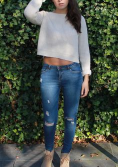 Fashionblogger GorisHelena // boxy cropped sweater from BrandyMelville // ripped jeans from Zara // beige ankle boots // fall autumn outfit ootd //