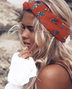 Qui dit nouvelle saison, dit nouveau look. La ELLE Beauty Team a sélectionné pour vous des coiffures de printemps inspirantes sur Pinterest. A découvrir sans plus tarder! De la couleur, des fleurs, des foulards, des rubans. Vive les accessoires et les coiffures bohèmes et romantiques. Foulard fleuri pour apporter une touche de couleur à son look. Focus: foulard rouge avec des fleurs, longs cheveux blonds