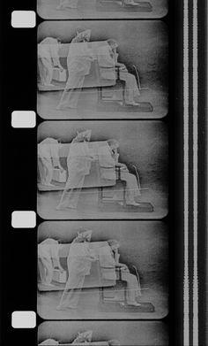 """Rauschenberg 1966 Linoleum 16 mm noir et blanc, sonore 12'48"""" (Avec : Robert Breer, Trisha Brown, Deborah Hay, Alex Hay, Steve Paxton à partir du kinéscope d'une bande vidéo diffusée sur Channel 13 à New York, dont Rauschenberg a agencé les surimpressions.)"""