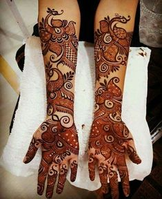 Find the best Pakistani bridal mehndi designs with images of beautiful patterns for full hands and arms, one-sided, gol tikka style, and feet mehndi designs. Easy Mehndi Designs, Latest Mehndi Designs, Rajasthani Mehndi Designs, Henna Art Designs, Dulhan Mehndi Designs, Mehndi Designs For Hands, Henna Mehndi, Tattoo Designs, Arabian Mehndi Design