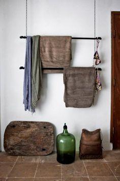 Salle de bain nature avec ces porte serviettes ambiance rustique - Hublot porte salle de bain ...