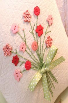 Button flowers on cards Embroidery Stitches, Hand Embroidery, Embroidery Designs, Christmas Embroidery, Sewing Crafts, Sewing Projects, Fabric Cards, Button Cards, Button Button
