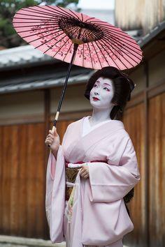 Geisha with umbrella. Geisha Japan, Geisha Art, Japanese Geisha, Japanese Beauty, Japanese Art, Kimono Japan, Art Asiatique, Japanese Costume, Geisha