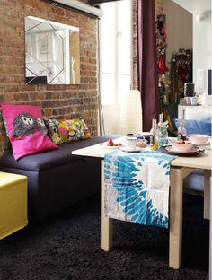 Un coin douillet de la chambre dans le petit appartement parisien d'Éléonore