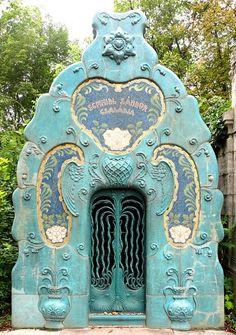 Budapest - 081 Sezession Jüdischer Friedhof - Grab Schmidl…   Flickr Art Nouveau, Entrance Doors, Doorway, Knobs And Knockers, Cemetery Art, Door Gate, Unique Doors, Architectural Elements, Windows And Doors