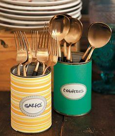 Um jeito divertido de dispor os talheres: latas decoradas com papel colorido. Produção de Henrique Morais