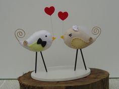 """Na simbologia o pássaro representa um símbolo associado ao céu e, por seu vôo, à elevação. Personifica a imaterialidade da alma, o """"livre para voar"""" e buscar seus caminhos...  PASSARINHOS DE TOPO DE BOLO COM BASE...  ➜ Material: passarinhos feitos em feltro, bordados à mão, com base de madeira MDF pintada.  Consulte também as outras opções para seu casamento....  Também pode ser feito em outras cores e motivos! Verificar a disponibilidade de cores de feltros... Todas as peças são feitas …"""
