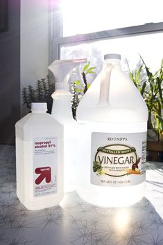 To make a homemade floor cleaner, mix equal parts vinegar, rubbing alcohol, and water. Add a few drops of dish soap for help in cutting through grease. In addition, you can add your favorite essential oils to make your bathroom smell wonderful. Deep Cleaning Tips, House Cleaning Tips, Spring Cleaning, Cleaning Products, Cleaning Solutions, Cleaning Recipes, Cleaning Supplies, Green Cleaning, Bathroom Cleaning Hacks
