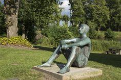 #Schleswig Ganz selbstverständlich und ohne jede Anspannung sitzt der junge Mann auf dem Boden, die Beine angewinkelt, die Arme locker überschlagen. Er ist nackt – und das auch im übertragenen Sinne, denn wel...