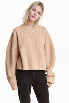 Chunky-knit wool jumper: PREMIUM QUALITY. Short, chunky-knit jumper in wool containing some cashmere with dropped shoulders and a ribbed neckline.