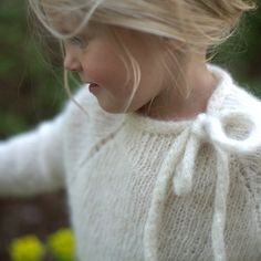 Love this soft knitted sweater topped off with a sweet bow, really pretty. Paelas #estella #kids #knits