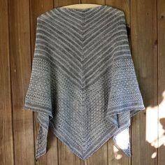 Skifersjal. Skifersjalet er et stort, strukturmønstret sjal. Det er godt at pakke sig ind i en kold sommmeraften. Her i uld/silke på pinde 4.