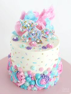 Learn how to make this unicorn cake topped with a sprinkle-covered unicorn, pretty buttercream piping, and cotton candy. Perfect for any Unicorn party! Bolo Hello Kitty, Unicorn Sprinkles, Unicorn Cookies, Sprinkle Party, Unicorn Cake Topper, Unicorn Cake Design, Raspberry Smoothie, Mermaid Cakes, Salty Cake